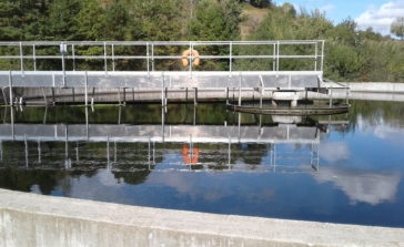 Vue d'un bassin de la station avec reflet