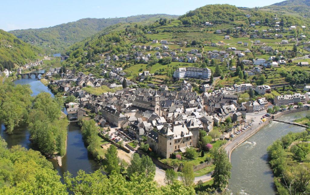 Vue sur le village et la confluence d'Entraygues sur Truyère