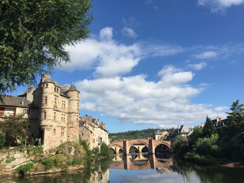 Vue sur le vieux palais et le pont de grès rouge d'Espalion