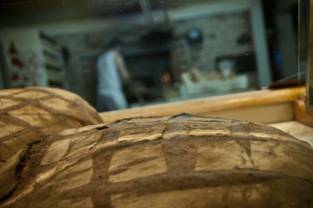 Miches de pain traditionnelles cuites, boulangerie Ste Fauste, bozouls, aveyron, 3clt