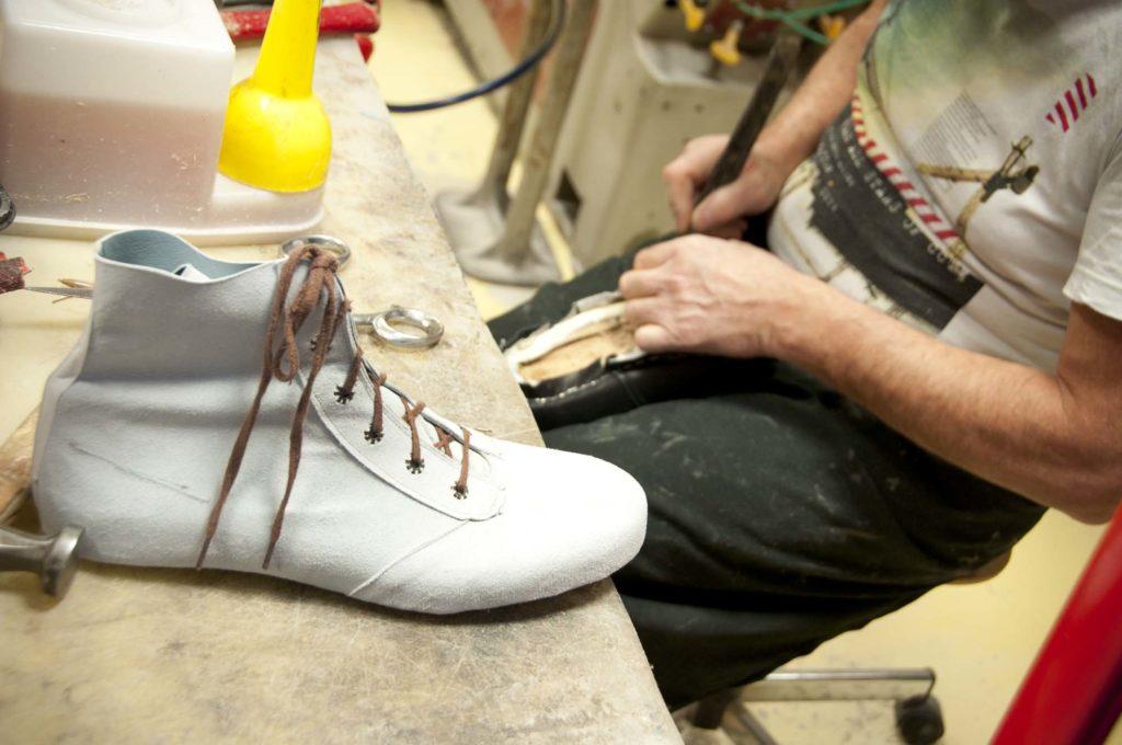 Fabrication de chaussure orthopédique, cuir à la main, 3clt