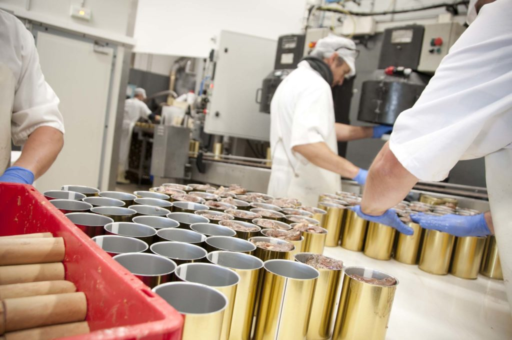 Machines et hommes au travail dans le laboratoire du Manoir Alexandre, Espalion, 3clt